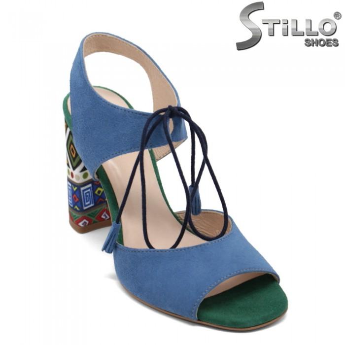 Цветни велурени сандали с връзки и пискюли - 32667