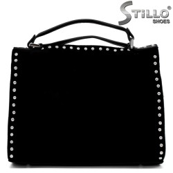 Велурена дамска чанта с метални капси - 34157