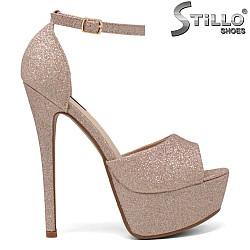 Абитуриентски сандали от розов брокат - 34266