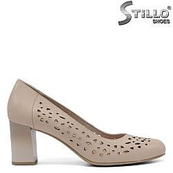 Перфорирани обувки JANA в бежова кожа на среден ток - 34311