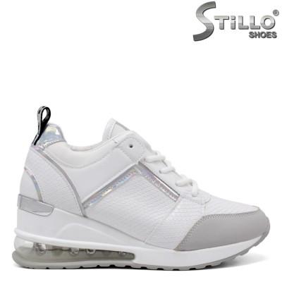 Бели спортно-елегантни обувки на платформа - 34375