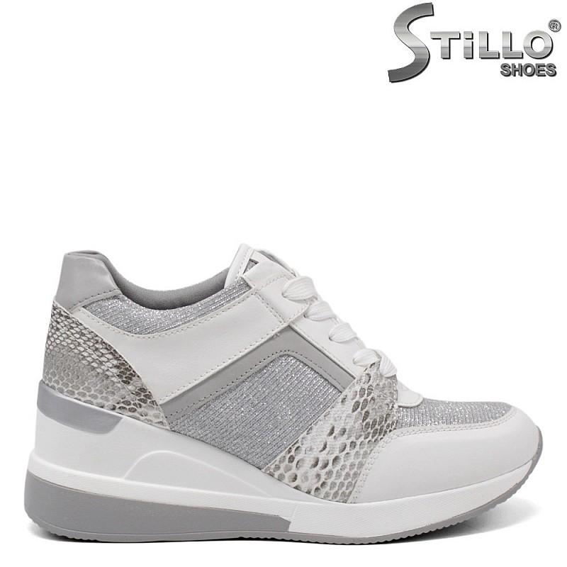 Спортно-елегантни обувки с бял змийски принт - 34382