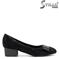 Дамски обувки от черен набук на нисък ток - 34427