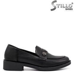 Затворени ежедневни обувки на ниско токче - 34448