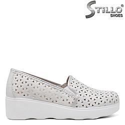 Бели обувки на платформа с перфорация - 34450
