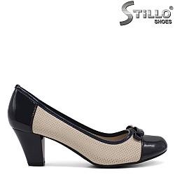 Дамски перфорирани бежови обувки на среден ток - 34451