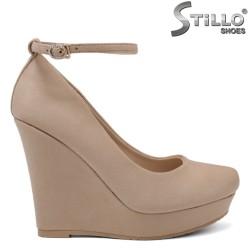 Кокетни бежови обувки на висока платформа - 34500
