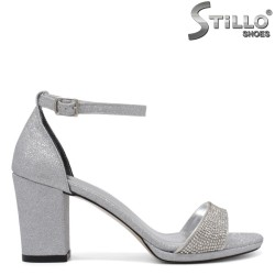 Сребристи сандали на среден ток и ниска платформа - 34615