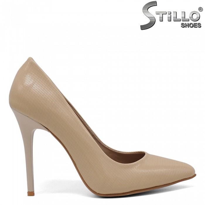 Бежови лачени обувки на тънко токче - 34619