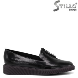 Ежедневни обувки в черен лак на равно ходило - 34665