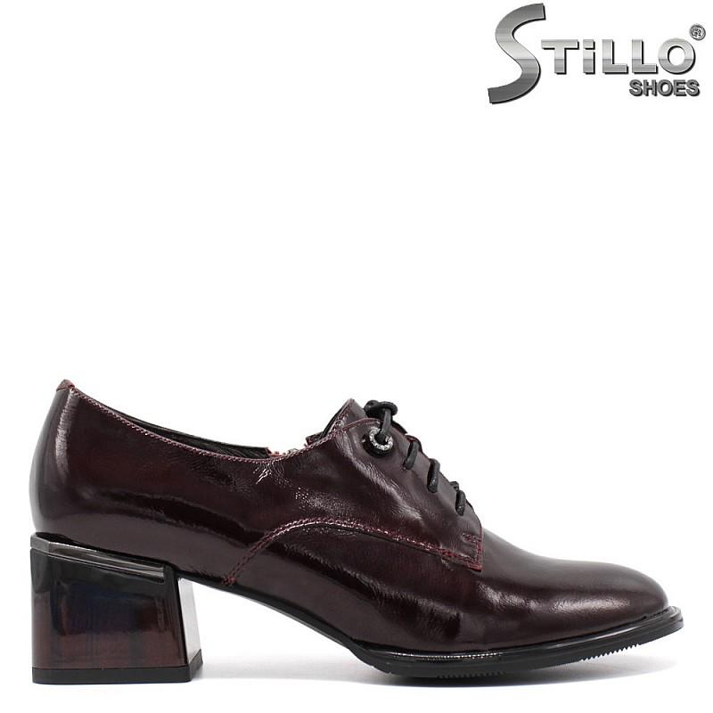 Затворени обувки с връзки в бордо- 34672