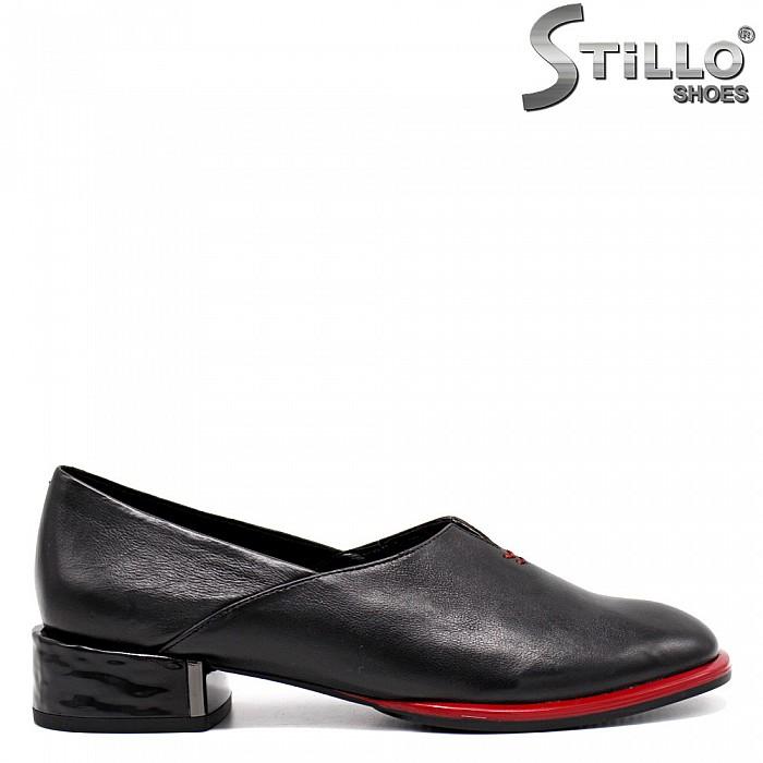 Ежедневни обувки на нисък ток с червен кант - 34673