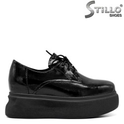 Затворени обувки на дебела платформа с връзки - 34688