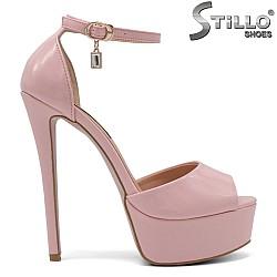 Розови лачени сандали със затворена пета - 34725
