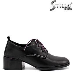 Кожени обувки с лилави връзки - 34736