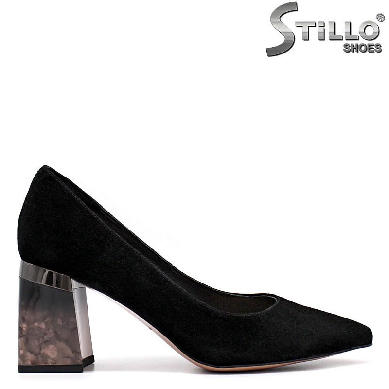 Велурени обувки на цветен ток - 34746