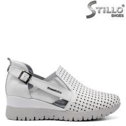 Бели обувки от естествена кожа с перфорация - 34771