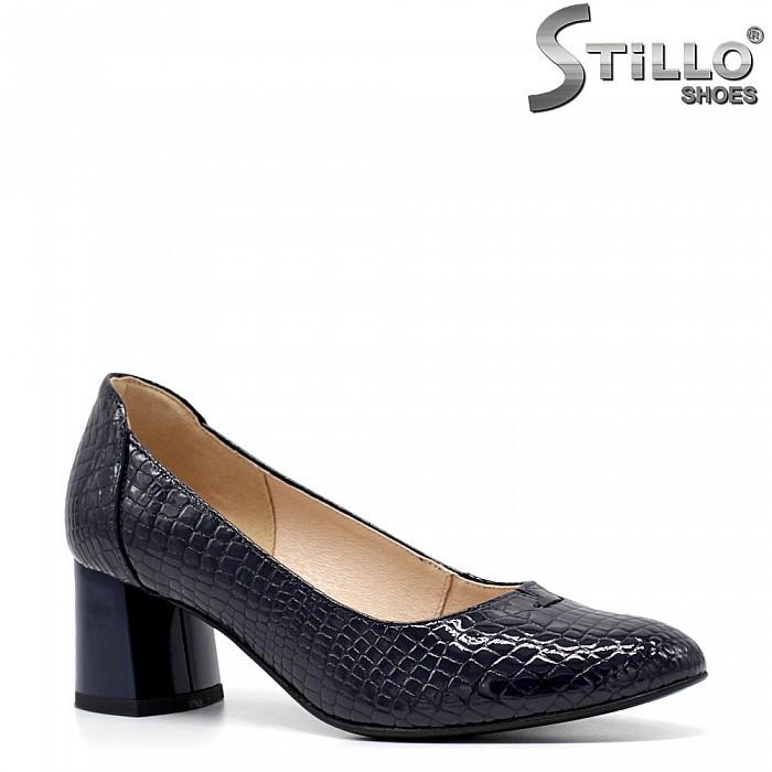 Обувки на среден ток с кроко принт - 34786
