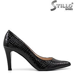Остри обувки от черен кроко лак - 34787