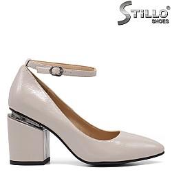 Дамски обувки в сив лак с каишка - 34807