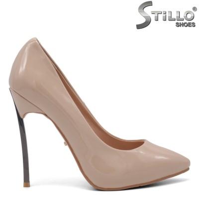 Елегантни лачени обувки на метален ток - 34809