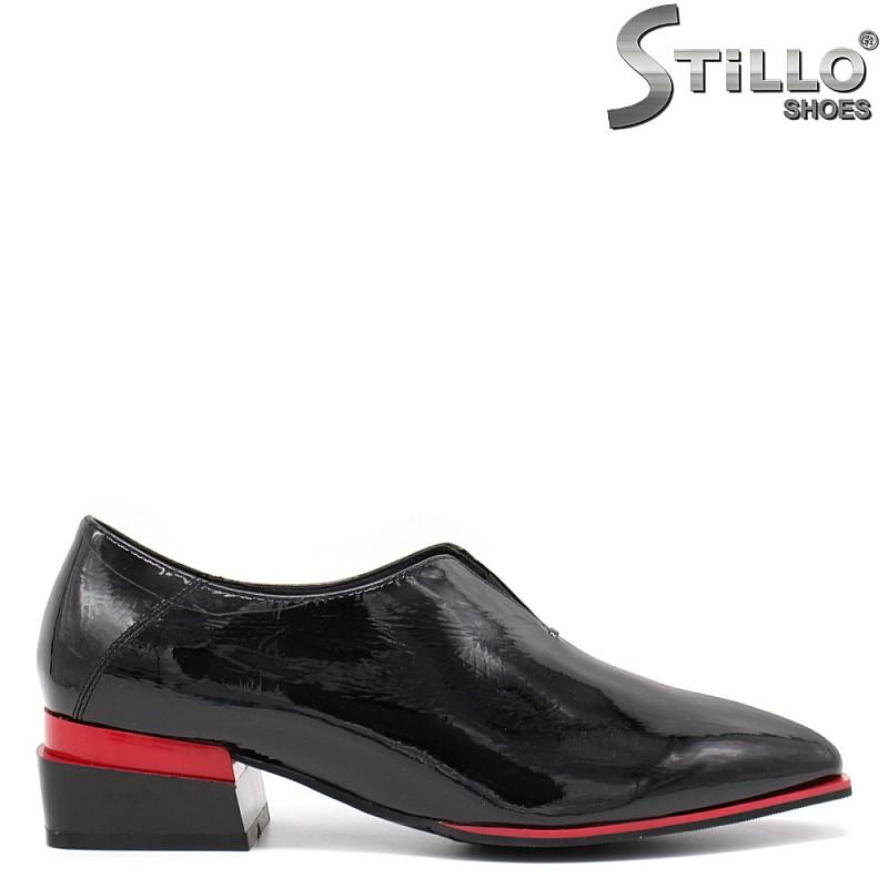 Остри лачени обувки на нисък ток - 34812
