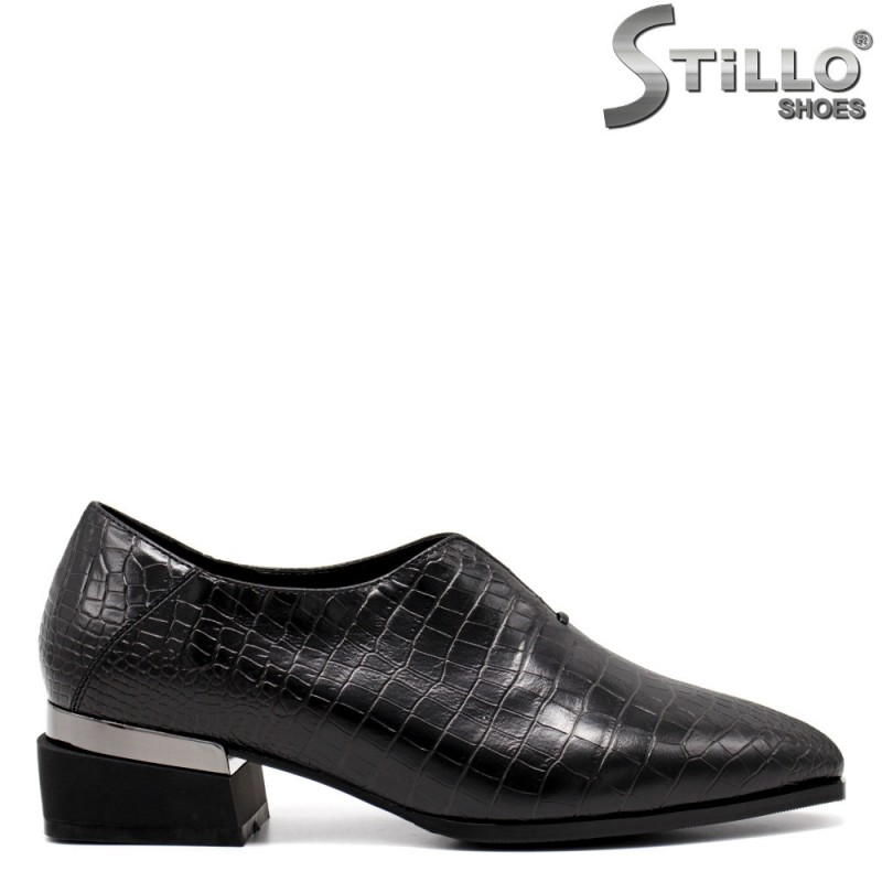 Затворени обувки с кроко принт - 34813