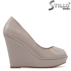Обувки на платформа в бежов лак - 34820
