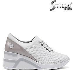 Спортни обувки на платформа в бяло и розово - 34852