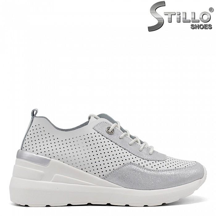 Спортни обувки в бяло и сребърно на платформа - 34893