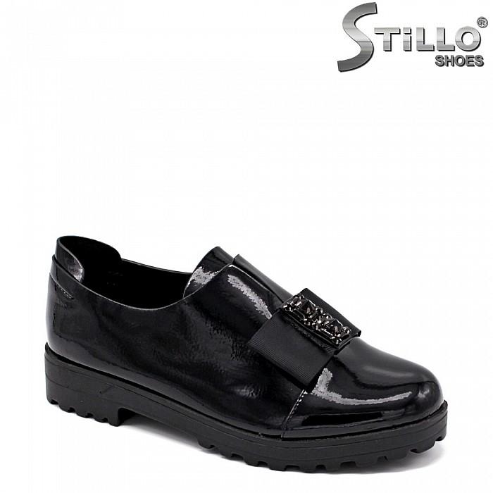 Затворени лачени обувки с панделка - 34895