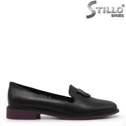 Затворени обувки в черно и лилаво на нисък ток - 34905
