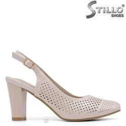 Отворени бежови обувки на ток с перфорация - 34920
