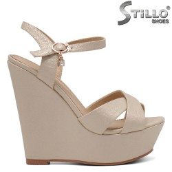 Златисти сандали на платформа - 34930