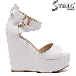 Елегантни бели сандали на висока платформа - 34931