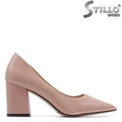 Дамски обувки на дебел ток от розов лак - 34953