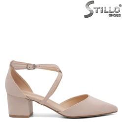 Дамски обувки със затворена пета от бежов велур - 35077