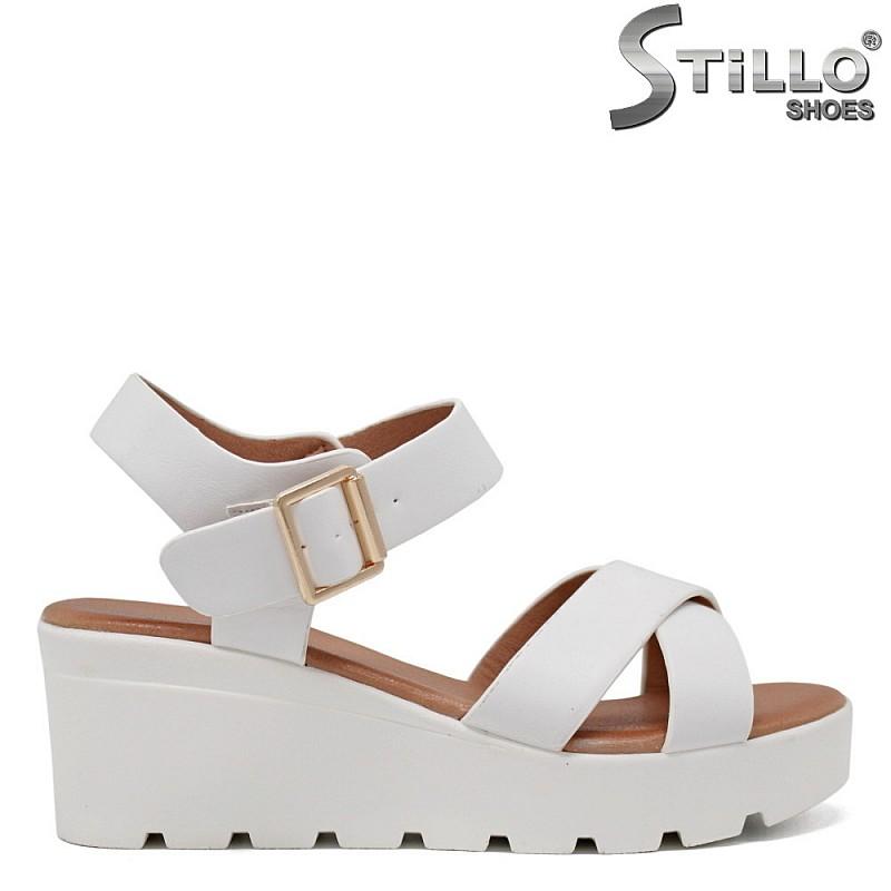 Бели сандали на платформа - 35193