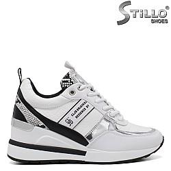 Обувки на платформа в змийски принт в бяло и черно - 34470