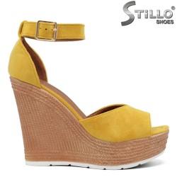 Жълти велурени сандали на висока платформа - 35024