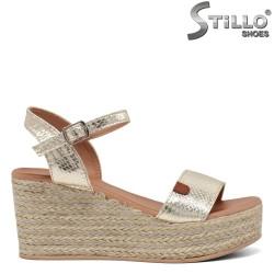 Златисти сандали на платформа със сламена плетка - 35026