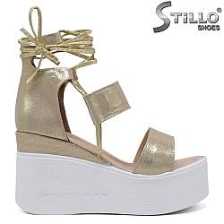 Златисти сандали на платформа - 35224