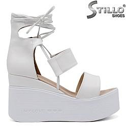 Бели сандали на платформа - 35225