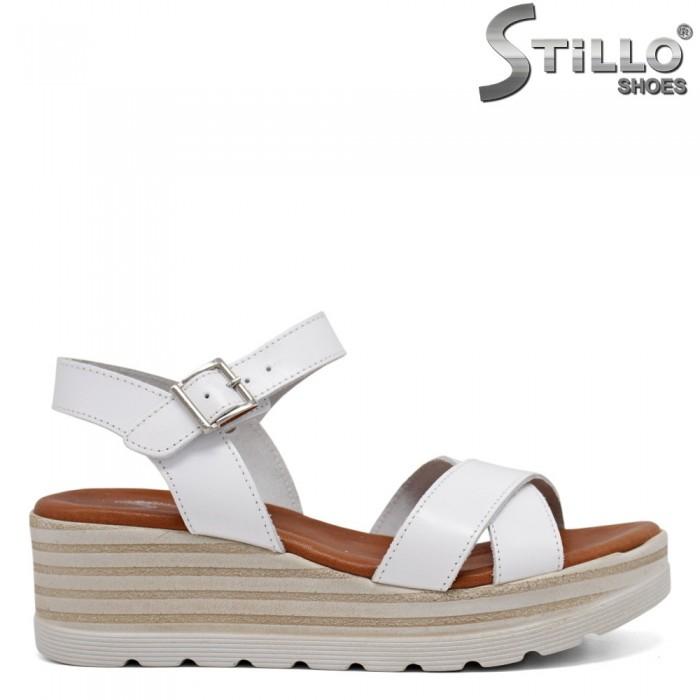 Бели сандали от естествена кожа на платформа - 35229