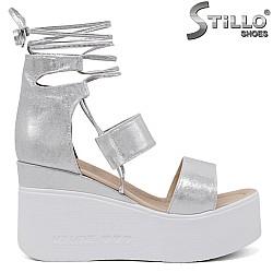 Сребристи сандали на платформа с връзки - 35247