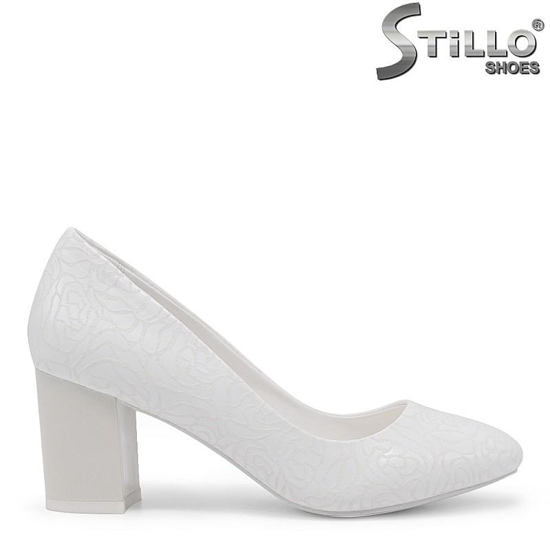 Бели булчински обувки на среден ток - 35421