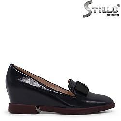 Обувки с клиновиден ток от син лак - 35423