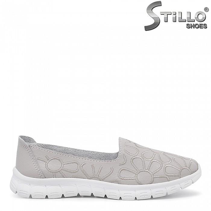 Обувки с бродирани цветя на равно ходило - 35425