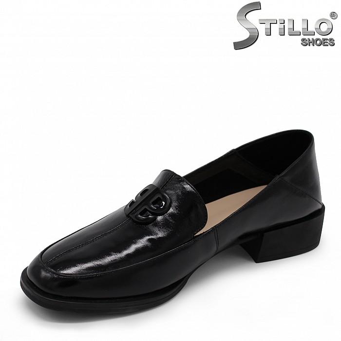 Дамски лачени обувки с катарама - 35474