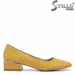 Жълти обувки на нисък ток с кроко принт – 35968